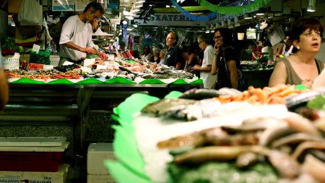 vidéos et rushes de poisson au marché de la boqueria dans barcelone - spanish culture
