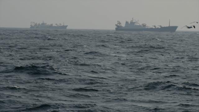 vídeos de stock e filmes b-roll de fish boat vessel fishing in a rough sea - traineira