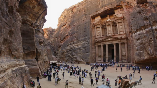 vidéos et rushes de t/l, ws, zi, fish eye, fast moving people outside the al khazneh (treasury) at ancient stone city of petra / jordan - animaux au travail