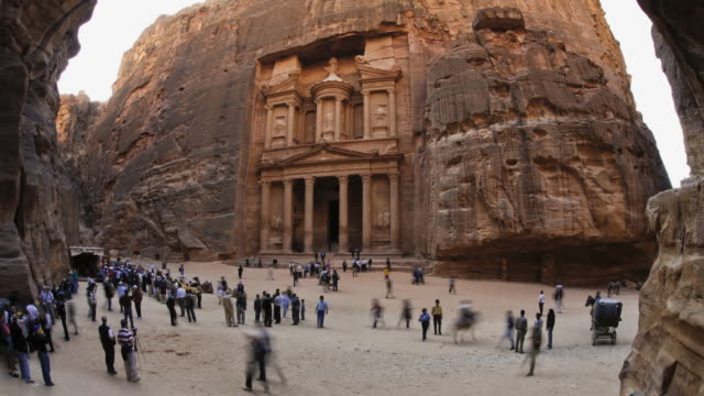 vidéos et rushes de t/l, ws, fish eye, fast moving people outside the al khazneh (treasury) at ancient stone city of petra / jordan - animaux au travail