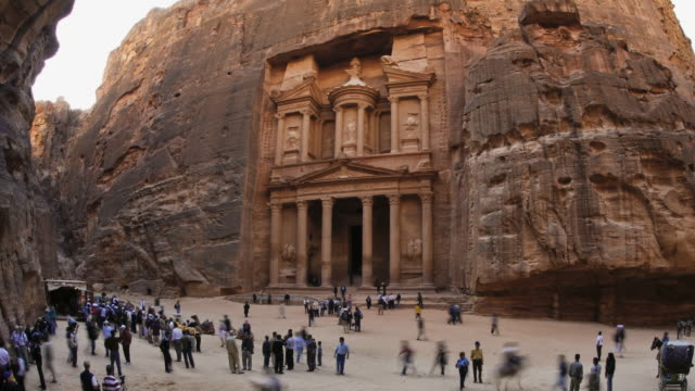 vidéos et rushes de t/l, ws, zo, fish eye, fast moving people outside the al khazneh (treasury) at ancient stone city of petra / jordan - animaux au travail