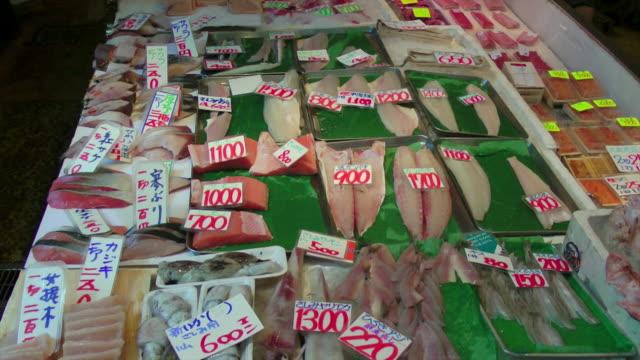 pan ha, fish for sale at tsukiji market, tokyo, japan - 水産業点の映像素材/bロール