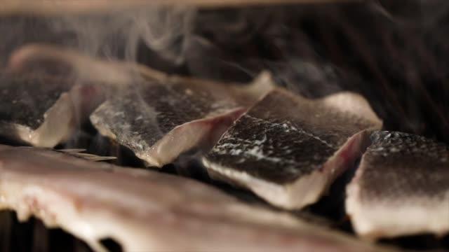 vídeos de stock e filmes b-roll de fish grill - filete de salmão