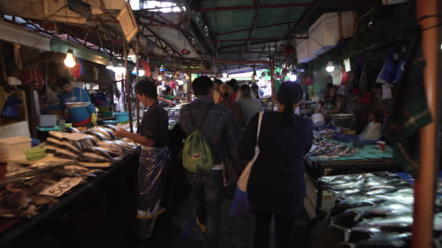 stockvideo's en b-roll-footage met fish market at philippines, baguio. steadicam shot - markt