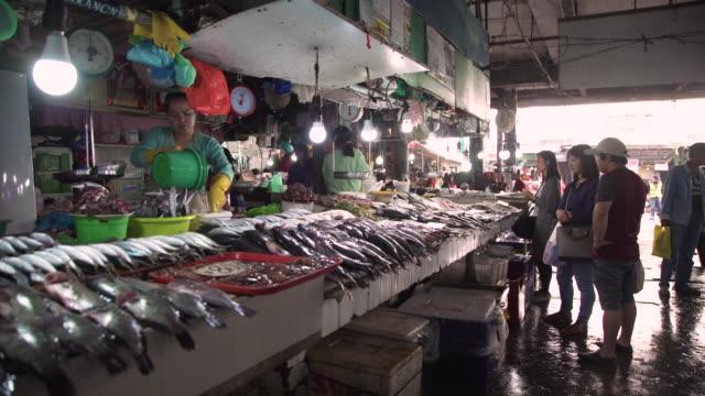 fish market stall at philippines, baguio - 濡れている点の映像素材/bロール
