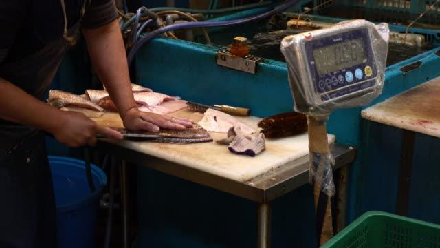 魚魚市場で処理 - 水産業点の映像素材/bロール