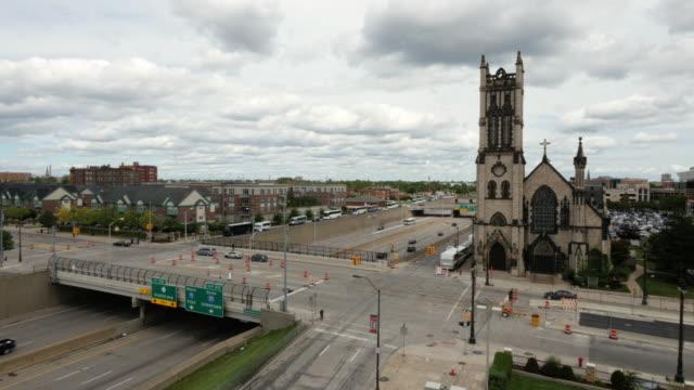 fisher freeway in downtown detroit, st. john's episcopal church, highway overpass , medium wide shot - spoonfilm stock-videos und b-roll-filmmaterial