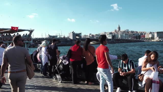 vídeos y material grabado en eventos de stock de fisherman and tourists enjoy sunset - turquía