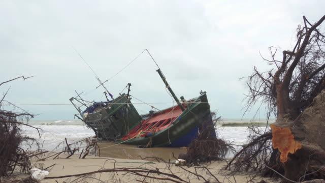stockvideo's en b-roll-footage met visser boot strandde in thailand - scheepswrak