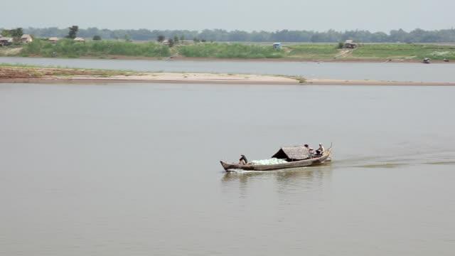 ws pan fisherman boat running in river / hanoi, vietnam - 男漁師点の映像素材/bロール