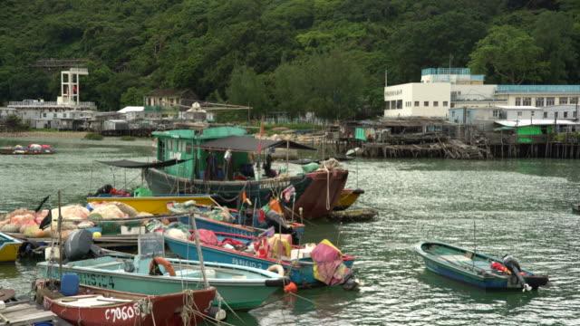 vídeos de stock e filmes b-roll de fisherman boat - aldeia de pescador