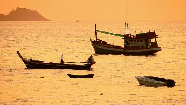 vídeos y material grabado en eventos de stock de barcos de pesca en la playa al atardecer - mar de andamán