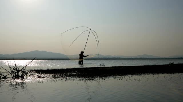 Fischer-Casting-Fisch mit Fischernetz