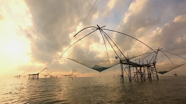 fischer fangen angeln - fischereiindustrie stock-videos und b-roll-filmmaterial
