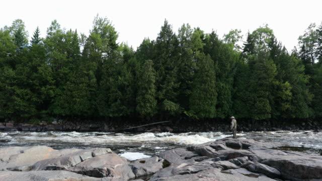 Fiskaren flugfiske i floden på morgonen