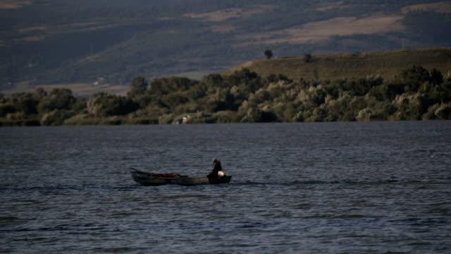 vídeos y material grabado en eventos de stock de pescador en un río - river danube