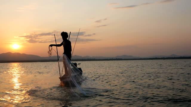 Fischer auf Longtail-Boot Angeln