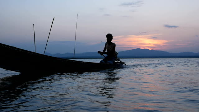 fisherman on longtail boat - longtail boat stock videos & royalty-free footage