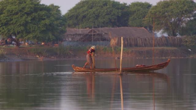 vídeos de stock e filmes b-roll de fisherman on the irrawaddy river myanmar - aldeia de pescador