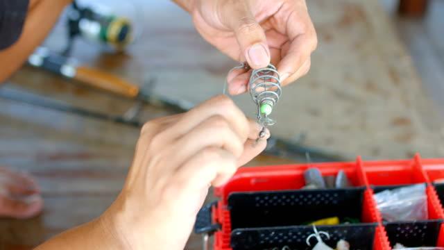 vídeos y material grabado en eventos de stock de pescador preparando la carnada y anzuelo - caña de pescar