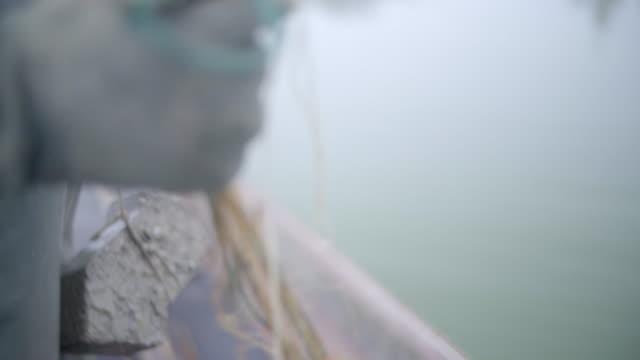 漁師が網を引っ張る - 男漁師点の映像素材/bロール