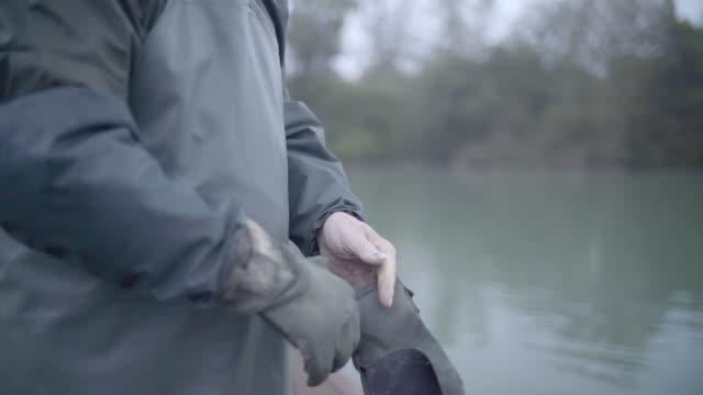 漁師を履いて着用作業用手袋 - 男漁師点の映像素材/bロール