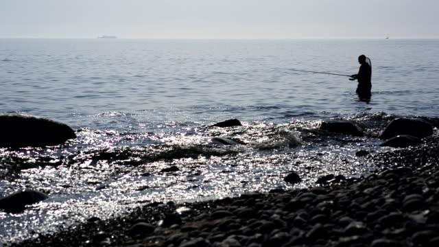 vídeos de stock e filmes b-roll de pescador - peixe fresco