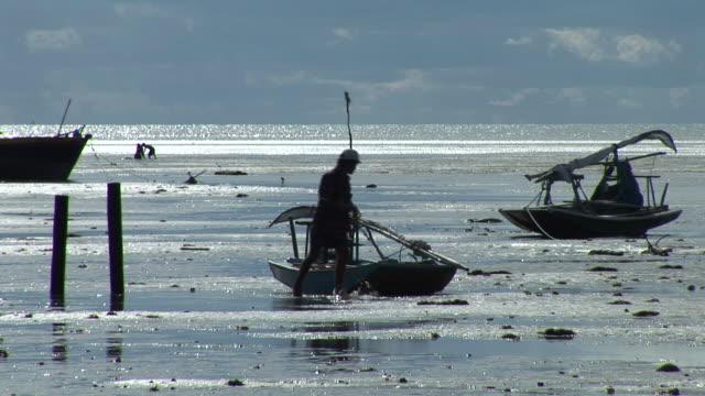 stockvideo's en b-roll-footage met  ms zo fisherman working on his regional boat at brazilian northeast coast /  rio grande do norte, brasil - voor anker gaan