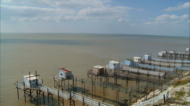 ws, ha, fisherman's cabins with carrelet (fishing net) at gironde estuary, saint-estephe, aquitaine, france, ha - aquitaine stock-videos und b-roll-filmmaterial