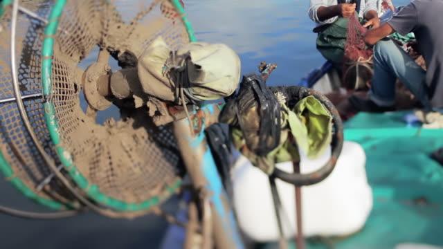 fischer bei der arbeit, am hafen von alghero, sardinien, italien - sardinien stock-videos und b-roll-filmmaterial