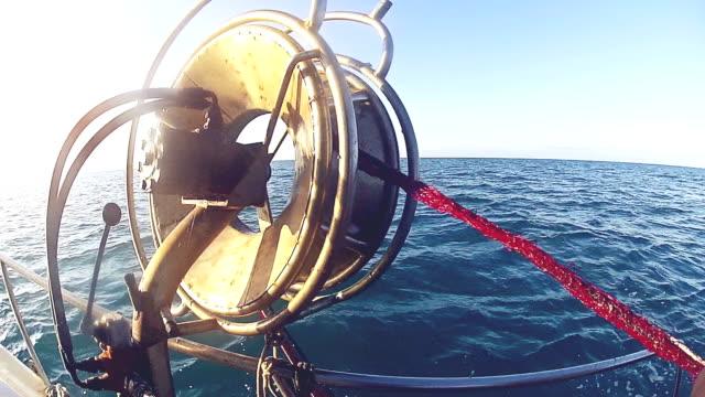 vidéos et rushes de les pêcheurs de travail, en ramenant les nets - caméra portable