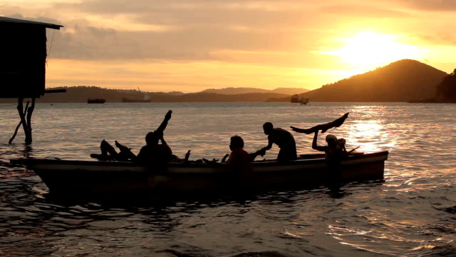 vídeos y material grabado en eventos de stock de fishermen emptying their boat at sunset papua new guinea is an island located in oceania there are around 850 languages spoken on the island and... - oceania