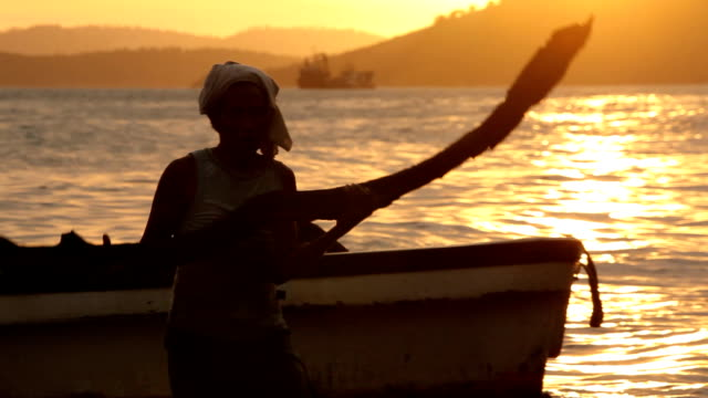 fishermen emptying wood out their boat at sunset. papua new guinea is an island located in oceania. there are around 850 languages spoken on the... - oceania stock videos & royalty-free footage