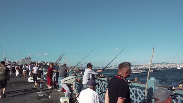 vídeos y material grabado en eventos de stock de fishermen fishing in istanbul city, turkey - estrecho de bósforo