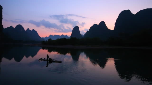 Fischern, die am Morgen, Li-Fluss, Yangshuo, Guilin, Guangxi, China