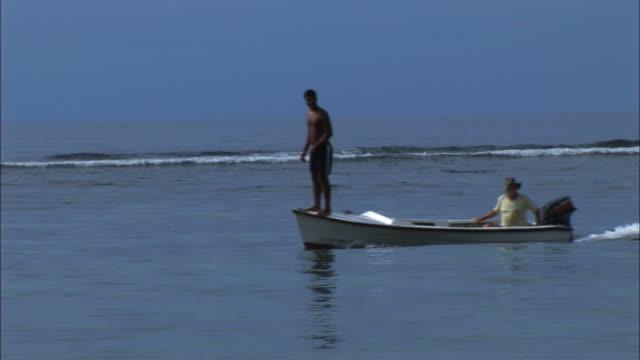 vídeos y material grabado en eventos de stock de ws fishermen on boat, seychelles - seychelles