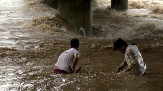 Fishermen risk their lives in swollen river as typhoon Koppu hits Philippines on 18th October 2015