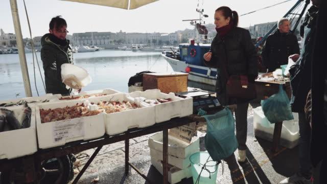 vidéos et rushes de fishermen selling fish in trani, puglia, italy - cultures