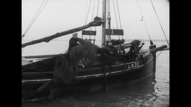 vídeos de stock e filmes b-roll de fishermen unfurl their nets to catch whitebait - rede de pesca comercial