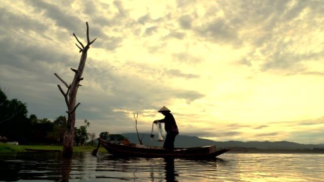 Fischer mit Netz, Fische zu fangen