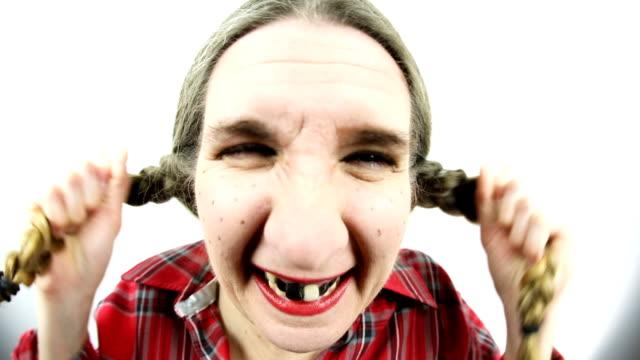 魚眼レンズの怒っている偏狭女髪を抜く - ヒルビリー点の映像素材/bロール