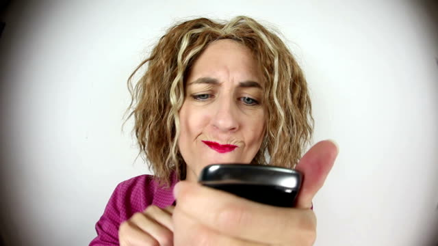 fisheye böse sms frau - anger stock-videos und b-roll-filmmaterial