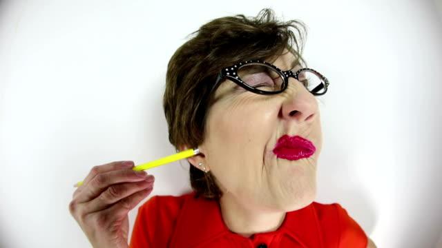 vídeos de stock, filmes e b-roll de olho de peixe mulher bruta limpeza orelha com lápis - feiura