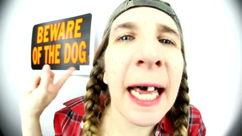 vidéos et rushes de fisheye redneck woman dit beware of dog - péquenaud