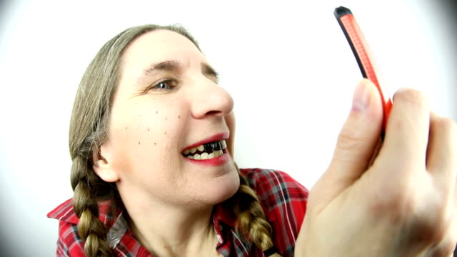 魚眼レンズの田舎者女テキスト メッセージや撮影 selfie - ヒルビリー点の映像素材/bロール