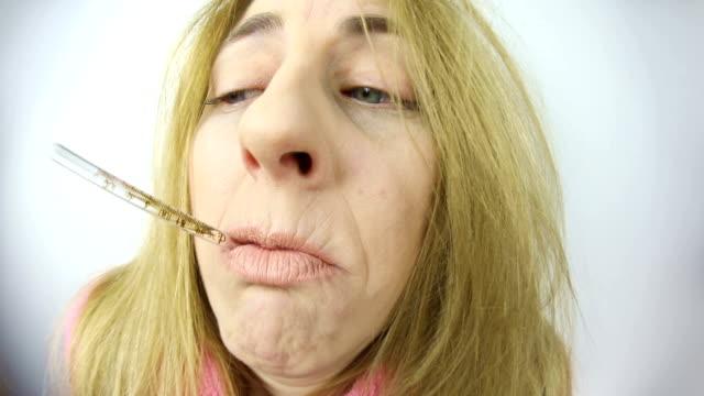 vídeos de stock, filmes e b-roll de olho de peixe mulher doente tomando temerature - termômetro
