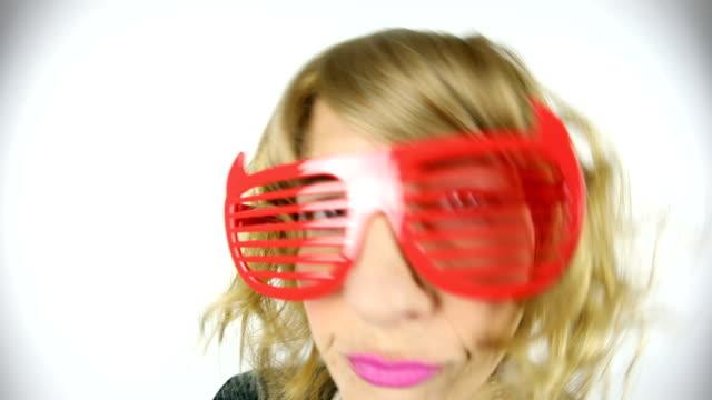 vídeos de stock, filmes e b-roll de olho de peixe vídeo anos 80 mulher dançando no óculos retrô - franja estilo de cabelo