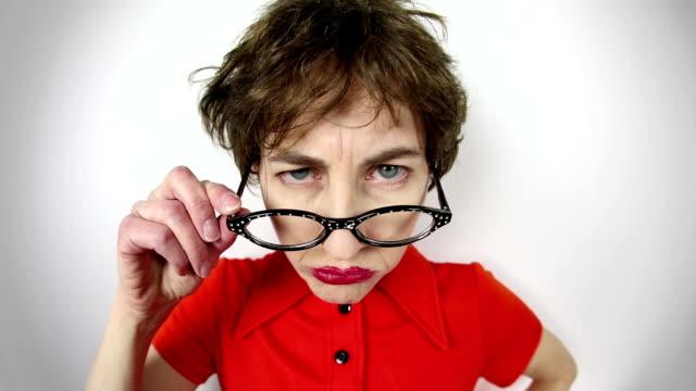 vidéos et rushes de fisheye nerd vidéo regarder par-dessus des lunettes - furieux