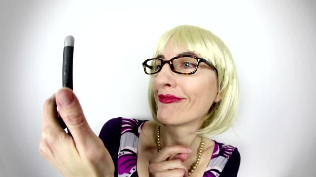 vídeos de stock, filmes e b-roll de olho de peixe mulher nerd video tomando selfies - cabelo curto comprimento de cabelo