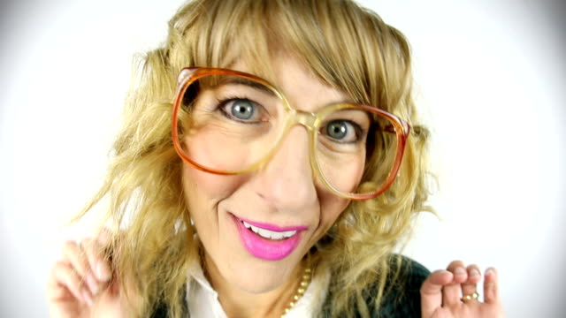 fisheye video av 80-talet kvinna retas stora hår - endast en medelålders kvinna bildbanksvideor och videomaterial från bakom kulisserna